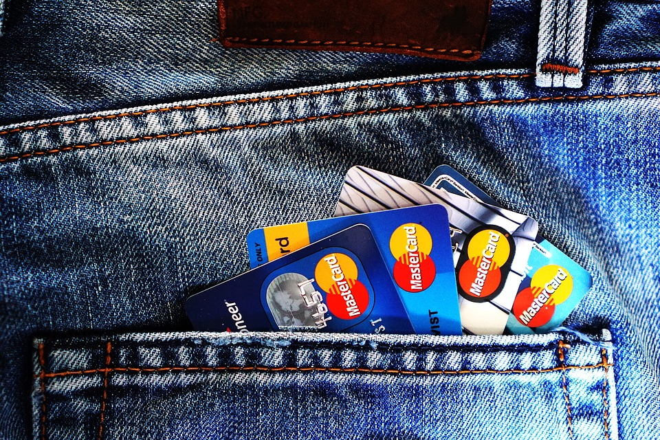 4 Advantages and Disadvantages of Having a Credit Card